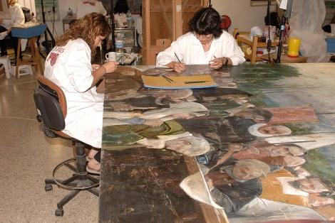 Dos técnicos restauran una de las obras de 'Camins d'Art'. | E.M.