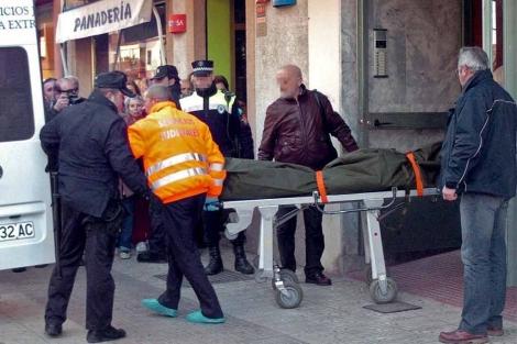 Retirada del cadáver de la mujer asesinada el día 16 en Badajoz.   Efe