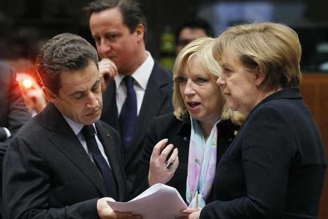 Sarkozy y Merek, con la primera ministra eslovaca, y detrás, Cameron.| Reuters