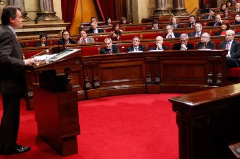 El Govern en funciones observa a Artur Mas durante su discurso   Quique García