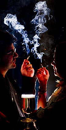 Una pareja fuma en un bar. | G. Arroyo