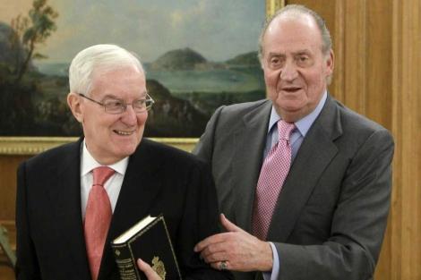 El rey recibe al ex director de la RAE, Víctor García de la Concha. | Juanjo Guillen / Efe