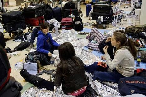 Varias jóvenes descansan en el aeropuerto de Heathrow (Londres). | Ap