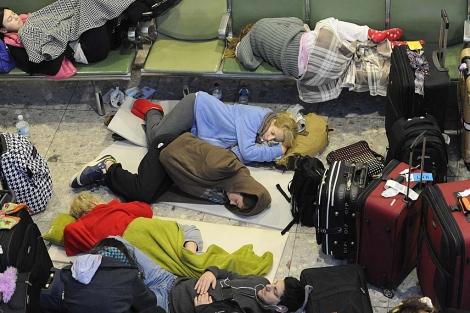 Gente durmiendo en el suelo de la Terminal 3 de Heathrow. | Reuters