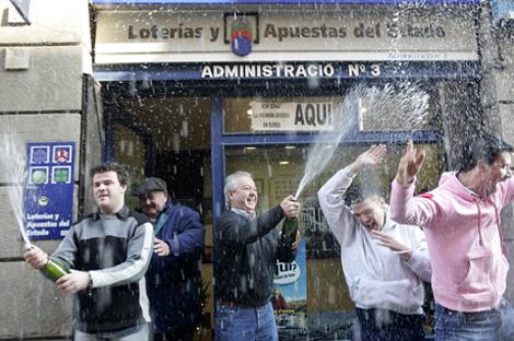 Ganadores de la lotería de Navidad en Barcelona el pasado año.   Manu Fernández