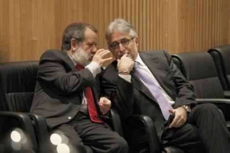 Fernández Marugán y Sánchez Llibre charlan en el Congreso durante un descanso. | José Aymá