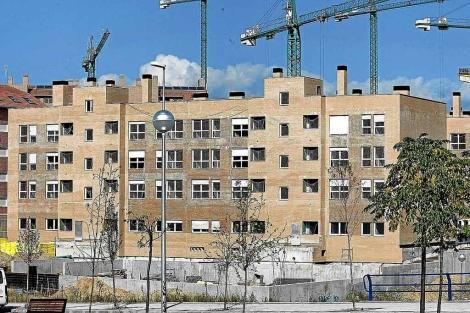 Bloques de pisos protegidos en construcción en Madrid.   ELMUNDO.es