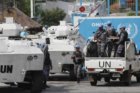Cascos azules junto al cuartel de la ONU en Abijdan.   AP