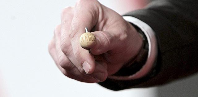 La bola del premio de 'El gordo'. | Efe