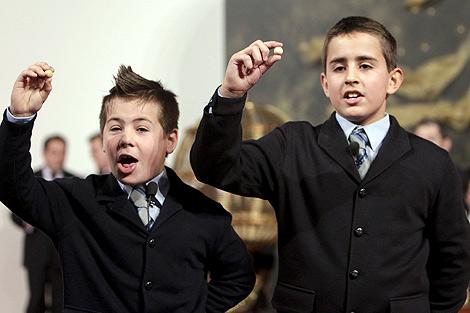 Iván y Andreas, los niños que han cantado 'El Gordo'. | Efe