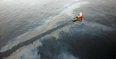 Un barco limpia el vertido en el Delta. | Foto: Efe
