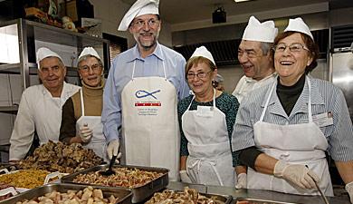 Mariano Rajoy posa con varios trabajadores del comedor. | Efe