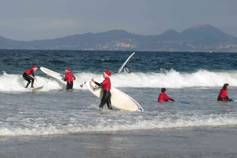 Los Papá Noeles surferos tomando olas en la playa de Patos. | A. G.