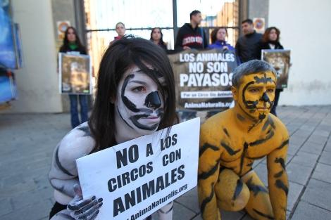 Dos manifestantes semidesnudos y pintados como si fueran fieras.   Ernesto Caparrós