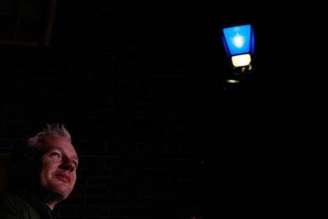 Imagen de Assange tomada este pasado 24 de diciembre en Inglaterra. | AP