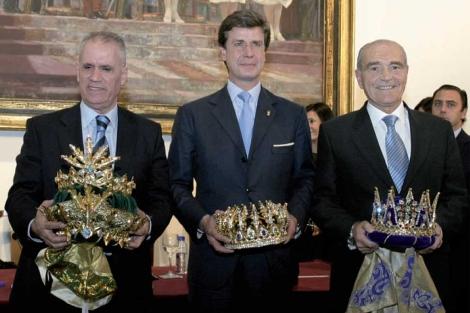 Fernando Fabiani Romero (a la derecha, con la corona de Melchor), junto a Cayetano Martínez de Irujo (Gaspar) y Domingo Pérez Acevedo (Baltasar).   Ateneo de Sevilla