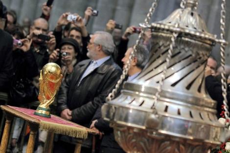 La Copa del Mundo, junto al 'botafumeiro'. | Efe
