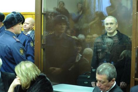 Jodorkovski en el interior del tribunal esperando la sentencia. | Afp