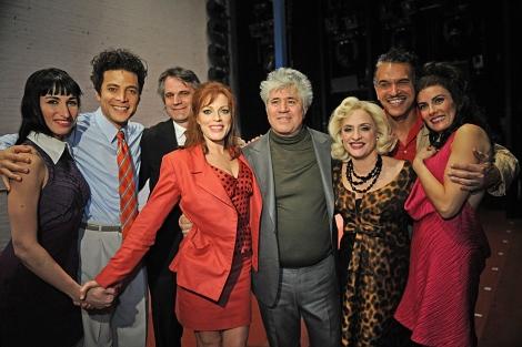 Pedro Almodóvar con los actores de 'Women on the verge...', tras su estreno en Nueva York. | AP