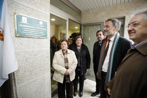 Roberto Varela descubre la placa del nuevo albergue. | Xunta