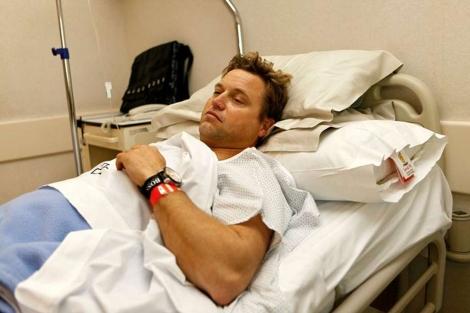 El regatista Alex Thomson, tras ser operado en Barcelona. | ELMUNDO.es