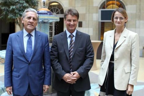 El trío de presidencia: López Garrido, Olivier Chastel y Enikö Györy.