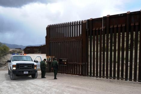 La policía revisa parte de la valla entre México y EEUU. | Afp
