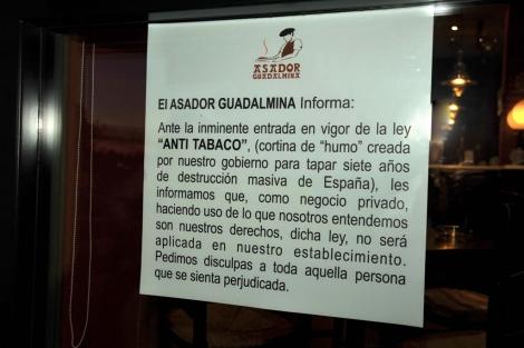 Cartel del restaurante donde se anuncia que se permite fumar en el interior. | J. Martín