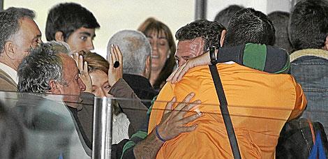 Llegada al aeropuerto de Vigo de la tripulación gallega del atunero. | Ramón Escuredo