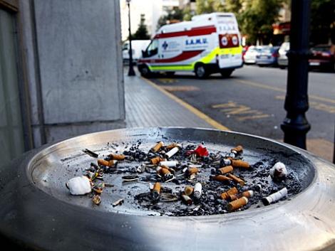 Cenicero en la puerta de un hospital de Valencia. | V. Bosch.