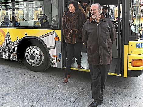 León de la Riva, hace unos días, en la presentación del autobús turístico. | J. M. Lostau
