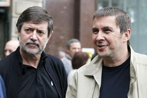 Rafael Díez Usabiaga y Arnaldo Otegi, en un acto en mayo de 2009. | Foto: Efe