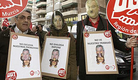 Carteles contra el presidente murciano, Ramón Luis Valcárcel. | Efe