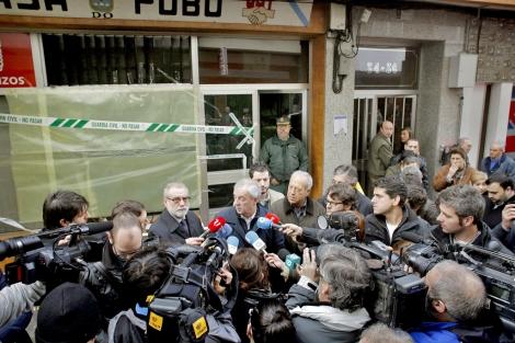 'Pachi' Vázquez ante la sede afectada por los explosivos. | Cabalar (Efe)
