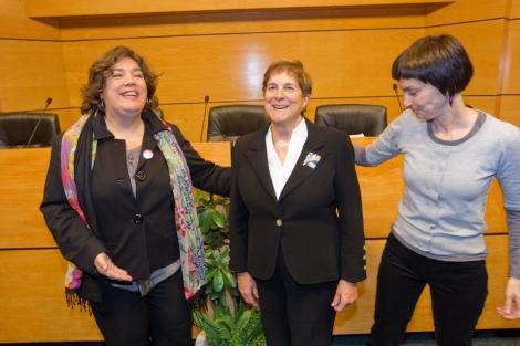 María Silvestre presenta a la ganadora, Teresa del Valle.  Mitxi