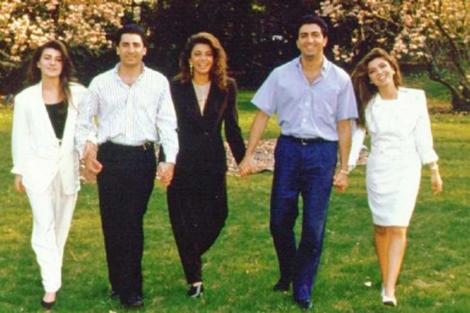 Alireza (segundo, izq.) junto a sus hermanos. | farahpahlavi.org
