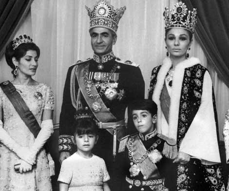 El Sha de Persia, junto a Farah Diba y tres de sus hijos, durante su coronación. | Afp