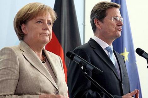 Westerwelle, junto a Angela Merkel en una rueda de prensa. | Efe