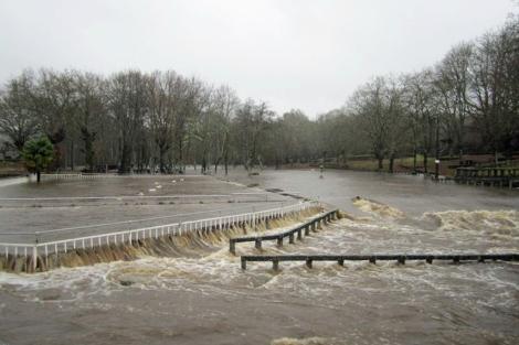 Desbordamiento del río Ulla en el complejo de ocio de A Peneda.   S.P.