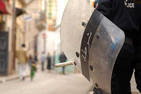 El escudo de un antidisturbios, durante las protestas en Orán. | Afp