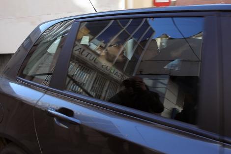 El joven denunciante, saliendo de los juzgados de Vila-real, este lunes.   Eugenio Torres