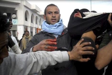 Un manifestante herido es trasladado en Regueb, cerca de Sidi Bouzid. | Efe