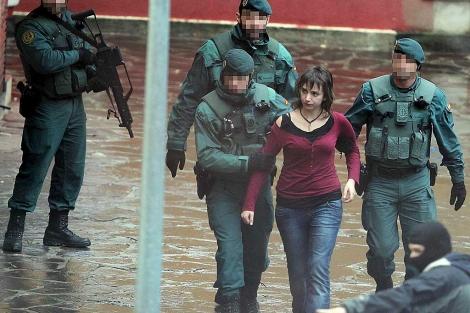 Agentes de la Guardia Civil se llevan a Itxaso Urtiaga, detenida en Zarautz. | Foto: Efe