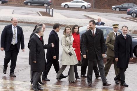 Los Príncipes, rondeados de las principales autoridades a su llegada. | Rosa González