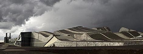 La silueta del complejo reproduce a la de la clásica colina gallega.