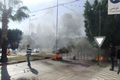 Las protestas continuaban ayer en Sidi Bouzid. | Reuters
