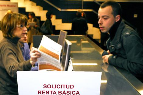Un joven solicitando la Renta Básica de Emancipación.   Bernardo Díaz