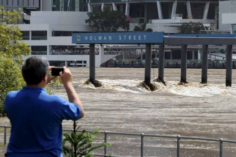 Un hombre fotografía la terminal del ferry en Brisbane. | AFP