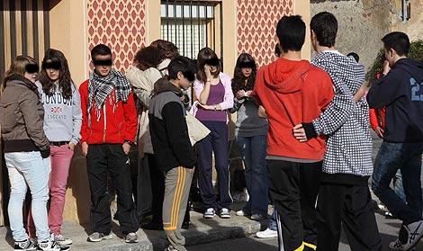 Compañeros de instituto del joven fallecido. | Rosa Blanco