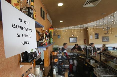 Un bar valenciano permite fumar a pesar de la Ley Antitabaco. | Eugenio Torres